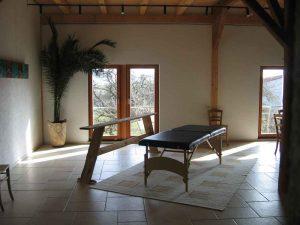 Seminarraum 2 mit Massageliege