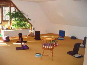 Seminarraum 3 mit Sitzmöbeln